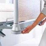 Die serienmäßige Bettverlängerung des Puro um 28 cm lässt sich von der Pflegekraft mühelos entriegeln ausziehen.