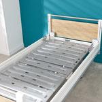 Die Hygiene-Liegefläche aus Polypropylen besteht aus entnehmbaren Elementen, deren Form Wasser ableitet.