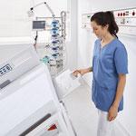 Dank der durchleuchtungsfähigen Rückenlehne muss der Patient beim Röntgen nicht aufwändig umgebettet werden.