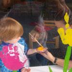 .....Rafael beim Erstellen ihrer Tulpe