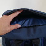 上部蓋部分にも広めのポケット サッと取り出したい小物などを入れる事ができます。