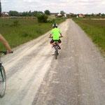 Auf dem Weg zum Wirtshaus kehrten die Kräfte zurück: Normal Radfahren ist ja fad.