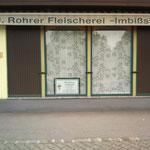 So, und nun lüften wir das Geheimnis des Kombi-Imbiss in Siegendorf. Am Hauptplatz ein schönes Beispiel für gelungene vertikale Konzentration bzw. ein Synergie-Beispiel zweier eher nicht verwandter Branchen.