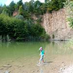 Zwischen Standesamt und Kirche war ein Tag mit Familie angesagt: Martin watete begeistert durch den See am Kallenberg-Steinbruch.