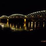 Linz bei Nacht mit der historischen Eisenbahnbrücke! Die soll es ja nicht mehr lange geben.