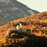 16. November: Schloss Hocheppan inmitten der herbstbunten Wälder.