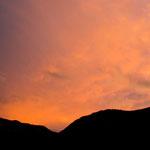 19. September: Nach einem Regentag strahlt der Himmel über dem Penegal noch im Abendrot.