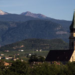 """15. September: Blick von unserem Weinberg """"Spiegel"""" auf den Paulsner Kirchturm. Im Hintergrund Schwarz- und Weißhorn"""