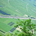 Blick auf die Autobahn, die das Etschtal teilt.
