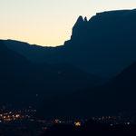 17. November: Bozen schläft noch, während hinter dem Schlern die Sonne aufgeht.