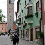 Durch die Sterzinger Altstadt.