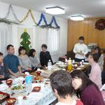 会の様子1 礼拝の後、イエス様の誕生を皆で祝いました。