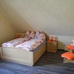 Ein Schlafzimmer verfügt über ein Doppelbett.