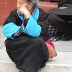 Eine gläubige Verteterin einer der vielen ethnischen Minderheiten Chinas