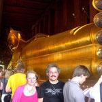 """Der """"liegende Buddah"""", eine aus Ziegeln gemauerte 46 Meter lange und 15 Meter hohe vergoldete, liegende Buddah Statue."""
