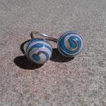 Bague boule ivoire et spirale bleu monté sur fil d'argent