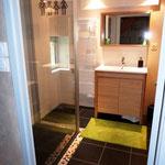 Salle de bains au rdc avec douche confortable à l'italienne