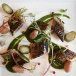 北海道産秋刀魚の炙り 春菊と伊予美人のピュレ