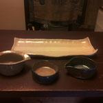 長皿:赤土と白土 透明釉  小鉢左:白土 透明釉  小鉢中:白土 透明釉となまこ釉  小鉢右:白土 なまこ釉