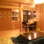 居間からキッチン方向 造り付けの収納を製作しました。残した真ん中の柱が何となく居間とキッチンをわけ居間に落ち着きを与えます。