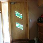 玄関ドア ステンドグラスは都留市盛里のアトリエ・ハシムラさんが製作してくれました。