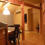 キッチンより居間 家具、テーブルをななめにしたことで動線がスムーズでまた空間が躍動的で広さを感じます。