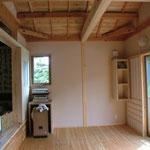 ピアノをおいている部屋。床はカラマツのJパネルをなぐり風に加工してもらいました。