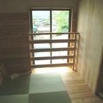 2階子供部屋の掃出し窓。布団を柵へかけて干せます。床のほうからも風が通ります。