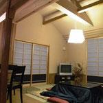 居間 既存の天井を撤去して小屋裏を利用して曲面の天井をつくりました。壁、天井を同じ仕上げににして広く感じます。