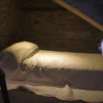 de Sonnaz I: Schlafbereich 3; gemütliches Bett unter Treppe - für Kinder und Jugendliche