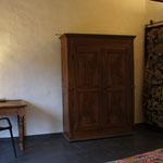 de Sonnaz I: Schlafzimmer 1 mit Schreibtisch und Barockschrank um 1650