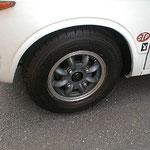 フロントホイール=フォーミュラー1をブラストしてスポークをガングレーの半艶で塗装して、リムのみポリッシュしました~。手間暇掛かってます。タイヤサイズは145R10 68Sです。ビックリのフロントディスクブレーキ!です。