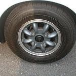 リアホイール=フォーミュラー1をブラストしてスポークをガングレーの半艶で塗装して、リムのみポリッシュしました~。手間暇掛かってます。タイヤサイズは165/70R10です。