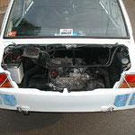 エンジンフードのルーバーをボンネット同色にチマチマ塗りました(汗)。ボンピンはカッコ重視の位置にハッタリ!剥がせます。
