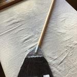 【再入荷!】黒シダぼうき ¥1,200+税(税込¥1,296) 日本製 素材:毛→シダ 240×750mm 約230g 穂先が柔らかいので、フローリングや玄関周りの掃除にお使いいただけます。室内外で使えるので大変重宝します!