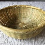 淡竹足付ざる小(佐賀県) 約φ20㎝×H7㎝ 3,300円+税 とてもきめ細やかに編まれています。足付なので、果物や野菜、小物を入れても。