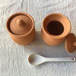 ヨーグルトポットS ¥1,900+税(税込¥2,052) ブルガリア製 約φ65×H85(フタ含む)mm 約160g 容量:約100g ブルガリア伝統のテラコッタのヨーグルトポットです。少量のヨーグルトを手作り出来ます。素焼きのポットは、水分を吸収し、ミルクを濃縮する効果があります。通気性が良いため、塩や砂糖、スパイスなどの調味料用ポットとしてもお使いいただけます。