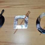 Tuchnadeln aus Holz (links), Muschel und Holz (Mitte und rechts)