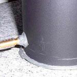 Der Sockel der Sandheizung. Gut zu erkennen: Der Schlauch ist einfach mit hitzebeständigem Klebstoff festgemacht.