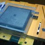 Bauanleitung und fast fertige DryCell: Deckplatten, Stahlplatten und Gummidichtungen liegen zum Zusammenschrauben bereit