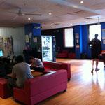 Coin cyber café, TV, billard.... et en bas, le bar privé !