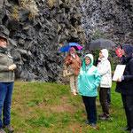 Geopark Rangerin Michaela Hoffer vor der Basalt-Wand am Parkstein