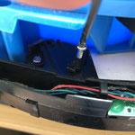 1. Schraube lösen, Kunststoffteil entnehmen.