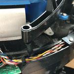 vorher aber die Schraube dort am Gelenk lösen und den Rahmen herausziehen. Damit kann man den Rahmen komplett zur Seite drücken um an den Taster zu kommen.