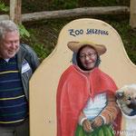 ein Bild der Züchterin mit Halona, sichtlich amüsiert ist Halonas Besitzer Günter