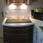 Blick in die Küche mit Induktionskochfeld, Dunstabzug, Mikrowelle...