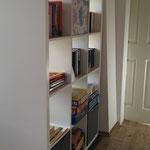 Bücherregal mit Spielen und Büchern (Spiel-Teppich und Spielsachen sind ebenfalls vorhanden)