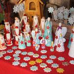 Annettes handgefertige Tonengel + -weihnachtsmänner + -sterne  .. im Hintergrund ein zauberhaftes Holz-Vogelhaus