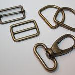 30er Sortiment altmessing: Schieber beweglich + mit festem Steg, Karabinerhaken + D-Ringe altmessing / antikgold