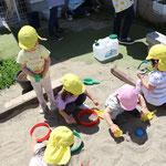 コロナ自粛から園児が少ない期間に 砂場の拡張工事を行っています。